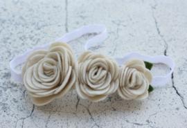 Handgemaakte haarband met drie vilten rozen in naturel