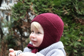 Handgebreide merino babymuts in bordeaux