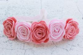 Handgemaakte haarband met vijf vilten rozen in licht oudroze en lichtroze