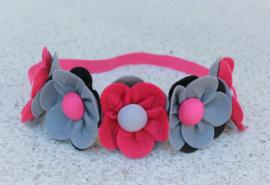 Handgemaakte haarband met vijf vilten bloemen in fuchsia, grijs en zwart