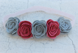 Handgemaakte haarband met vijf vilten rozen in grijs en oudroze