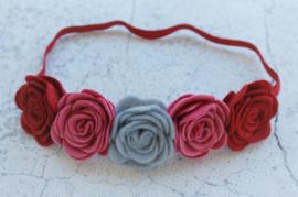 Handgemaakte haarband met vijf vilten rozen in wijnrood, oudroze en grijs