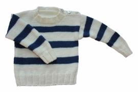 Handgebreide trui met donkerblauwe strepen