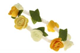 Handgemaakte haarband met kleine vilten rozen in gele tinten