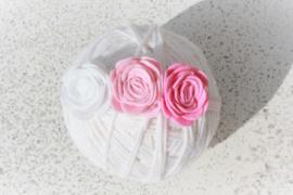 Handgemaakte haarband met drie vilten rozen in wit, lichtroze en roze