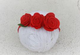 Handgemaakte haarband met drie vilten rozen in rood