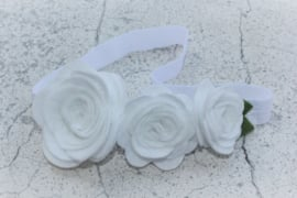 Handgemaakte haarband met drie vilten rozen in wit