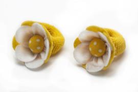 Handgemaakte baby en peuter haarelastiekjes met vilten bloem in wit en geel - stippen