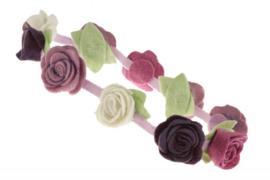 Handgemaakte haarband met kleine vilten rozen in paarse tinten en naturel