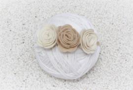 Handgemaakte haarband met drie vilten rozen in naturel en zandbeige