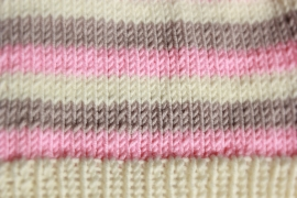 Handgebreide gestreepte beanie in crème, roze en zandbeige