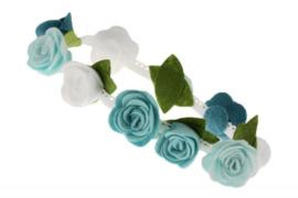 Handgemaakte haarband met kleine vilten rozen in blauwe tinten en wit