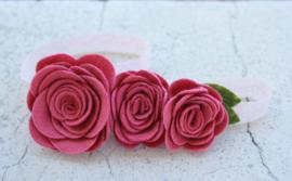 Handgemaakte haarband met drie vilten rozen in oudroze