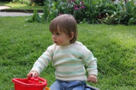 Handgebreide trui met pastelgroene strepen