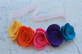 Handgemaakte haarband met vijf vilten rozen in regenboogkleuren