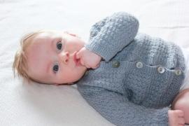 Handgebreid merino lamswol babyvest in grijs