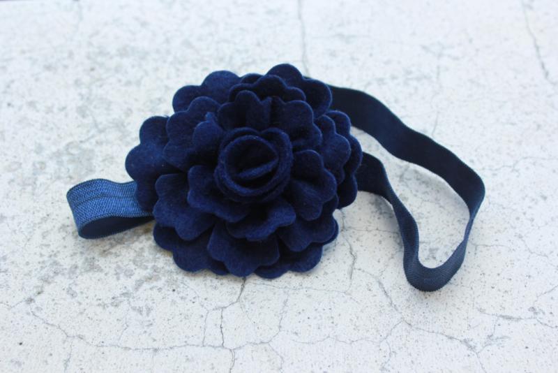 Handgemaakte haarband met grote vilten bloem in donkerblauw