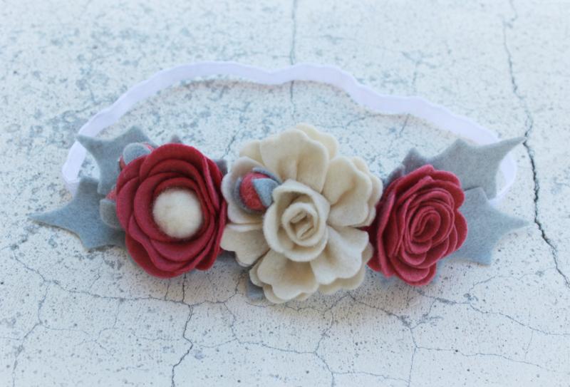 Handgemaakte haarband met vilten bloemen in oudroze en naturel