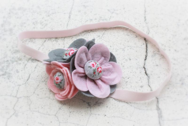 Handgemaakte haarband met drie vilten bloemen in lichtroze, roze en grijs