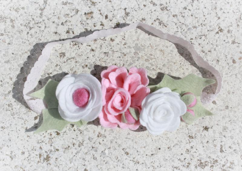 Handgemaakte haarband met vilten bloemen in wit, lichtroze en roze