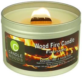 Candle Woods grote knetterende houtvuur geur kaars Fireside in blik met vensterdeksel en houtlont. Haardvuur geur.