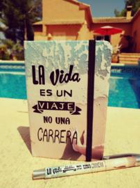 Notitieboekje en bijbehorende pen La vida es un viaje