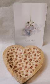 Bijzondere harten schaaltjes van Mango hout met een bloemen motief.