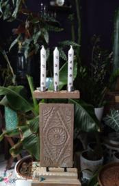 Houten kaarsenhouder van het merk PTMD, met drie diner kaarsen.
