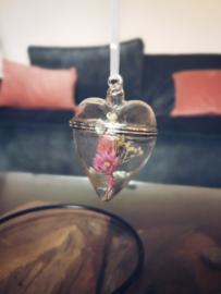 Glazen hart hanger met droogbloemen