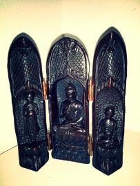 Reisaltaar met Boeddha en 2 monniken
