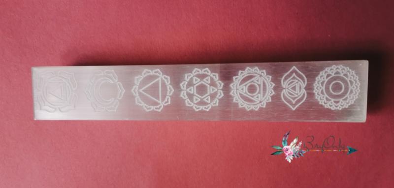 Oplaadstaaf Satijn Spaat (beter bekend als seleniet) met een gegrafeerde 7 chakra's