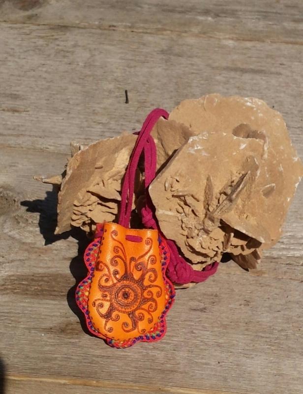 aparte gebrande amulettas   Medicinebag