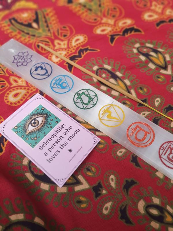 Satijnspaat  wierookplankje met 7 chakra's (beter bekend als seleniet)