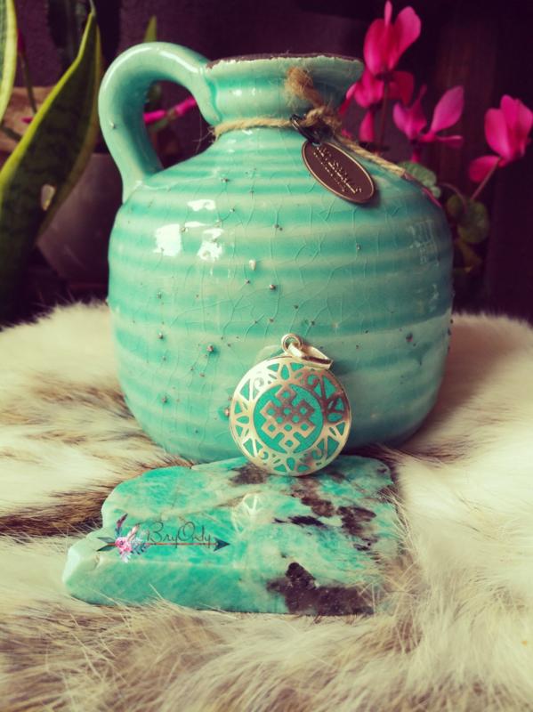 Hanger oneindige knoop Turquoise met rood 3 cm