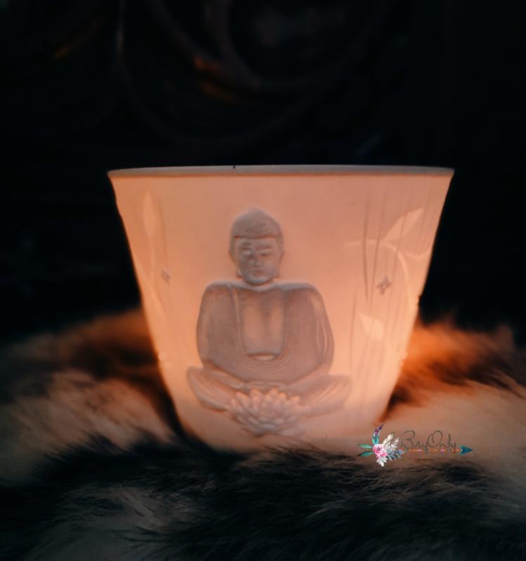 Sfeervolle roomwitte waxinelicht van porselein Boeddha