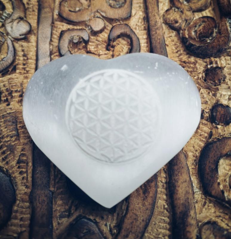 Satijn Spaat hart (beter bekend als seleniet) met een gegrafeerde Flower of Life
