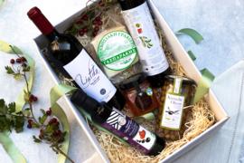 Giftset wijn met Liatiko rood, 500 ml olijfolie Manolakis, 250 ml Blasamico, 250 ml wilde tijmhoning, 300 gr Graviera schapenkaas en pot olijven van 285 gr
