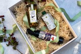 Giftset 500 ml olijfolie Manolakis met 250 ml Balsamico en 285 gr olijven
