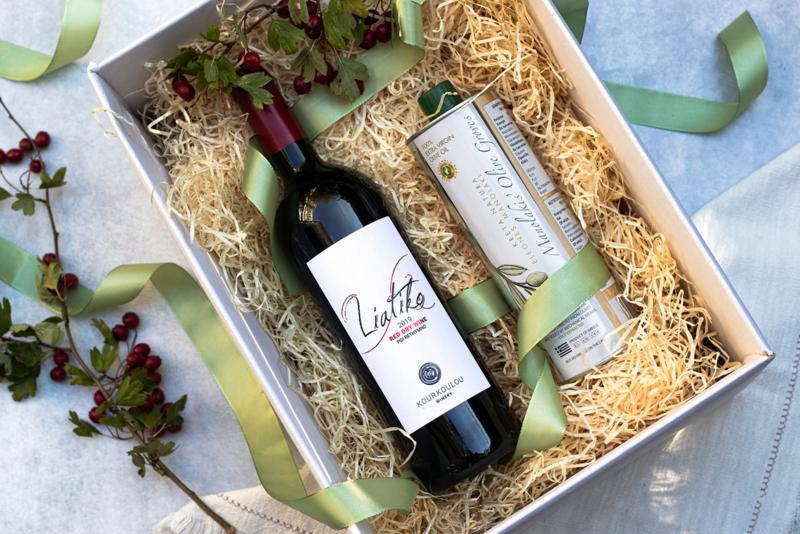 Giftset 500 ml olijfolie Manolakis en fles Liatiko volle rode wijn 750 ml