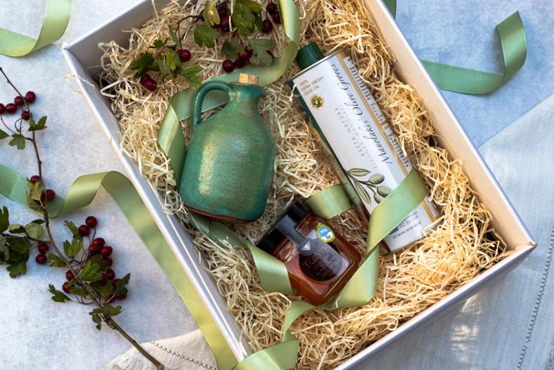 Giftset 500 ml olijfolie Manolakis , 250 ml wilde tijmhoning en handgemaakt turquoise olijfkannetje