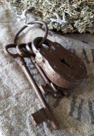 Gietijzeren sleutelbos met slot