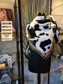 Heerlijke zachte warme sjaal met koeienprint