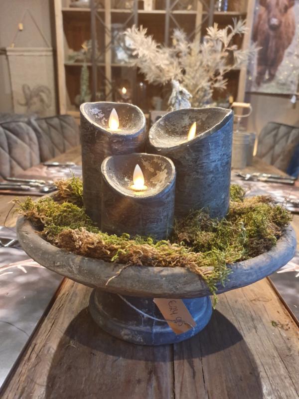 Led kaarsen op plateau met mos
