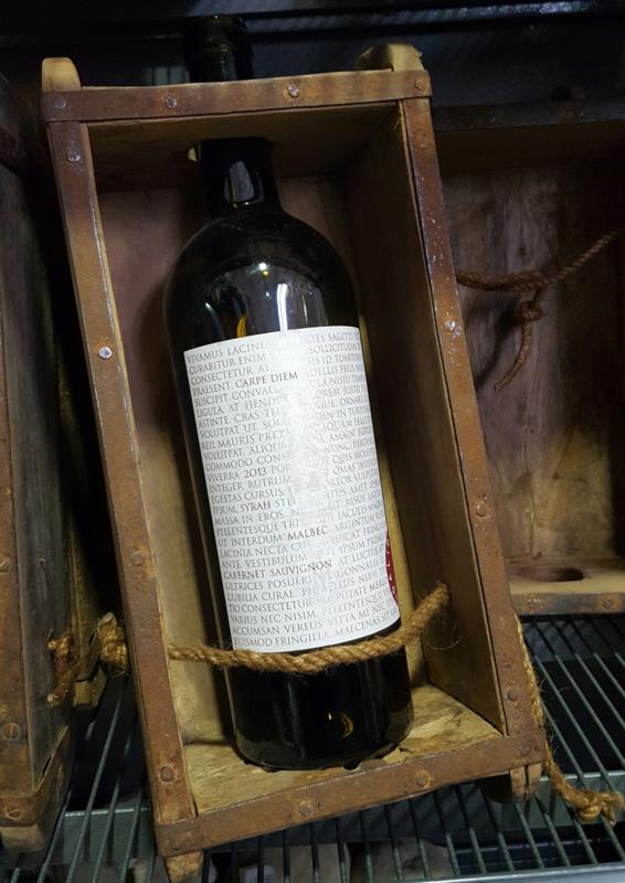 Oude steenmal voor wijnfles