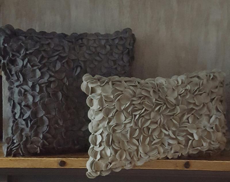 Prachtig kussen taupe (30 x 50 cm)