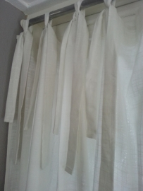 Gordijnen linnen met strikjes.