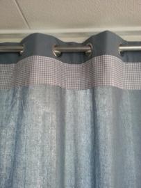 Gordijnen grijs/blauw met zeilringen.