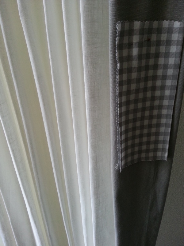 Gordijnen linnen yvorywit met kaderrand zijkant ruit.