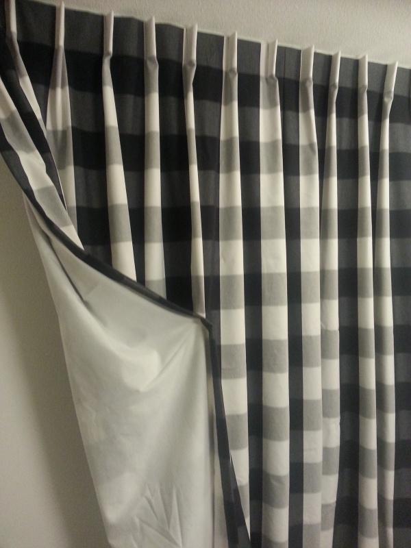 Gevoerde gordijnen ruit zwart/wit met aankleed kussen.