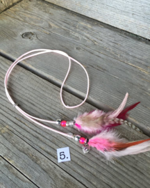 Ibiza hoofdband wit leatherlook met roze veertjes
